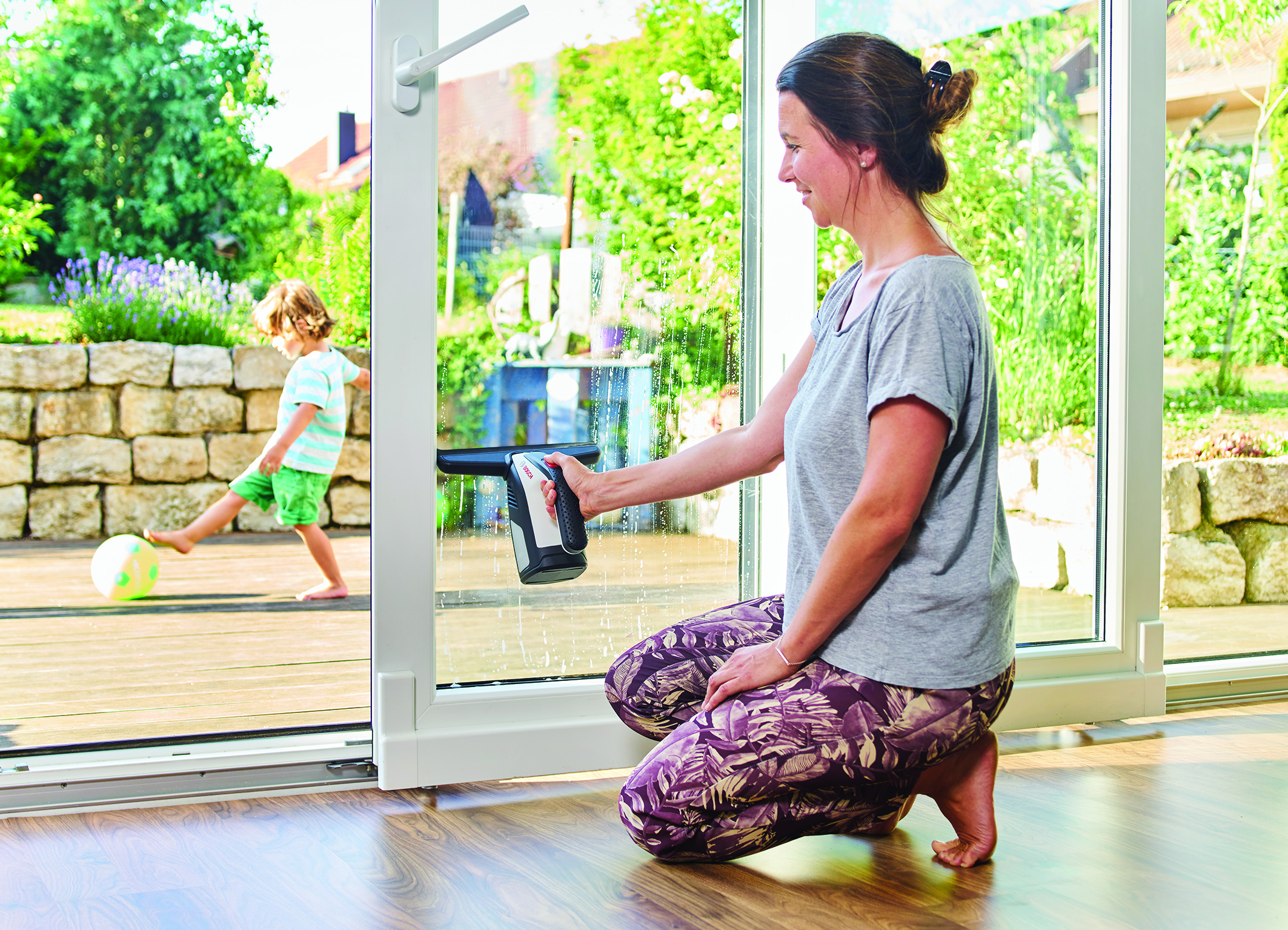 Window cleaning made easy: GlassVac – first cordless window vacuum from Bosch