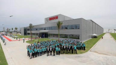 Groupphoto in front of the new plant