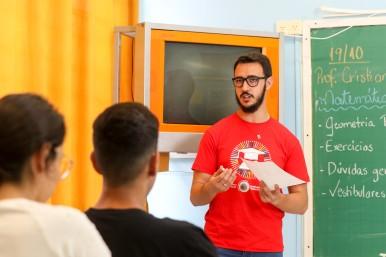 Voluntário Cristian Teixeira dos Santos, nas aulas de reforço escolar, em 2019