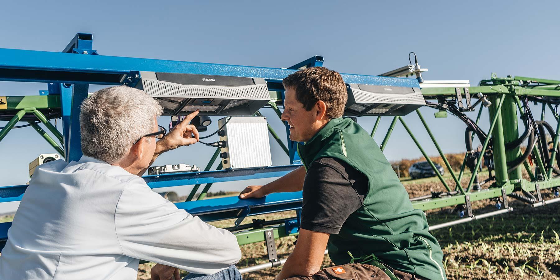 Ao dirigir sobre um campo, as câmeras distribuídas por toda a largura de trabalho total do pulverizador examinam a vegetação em toda a área.
