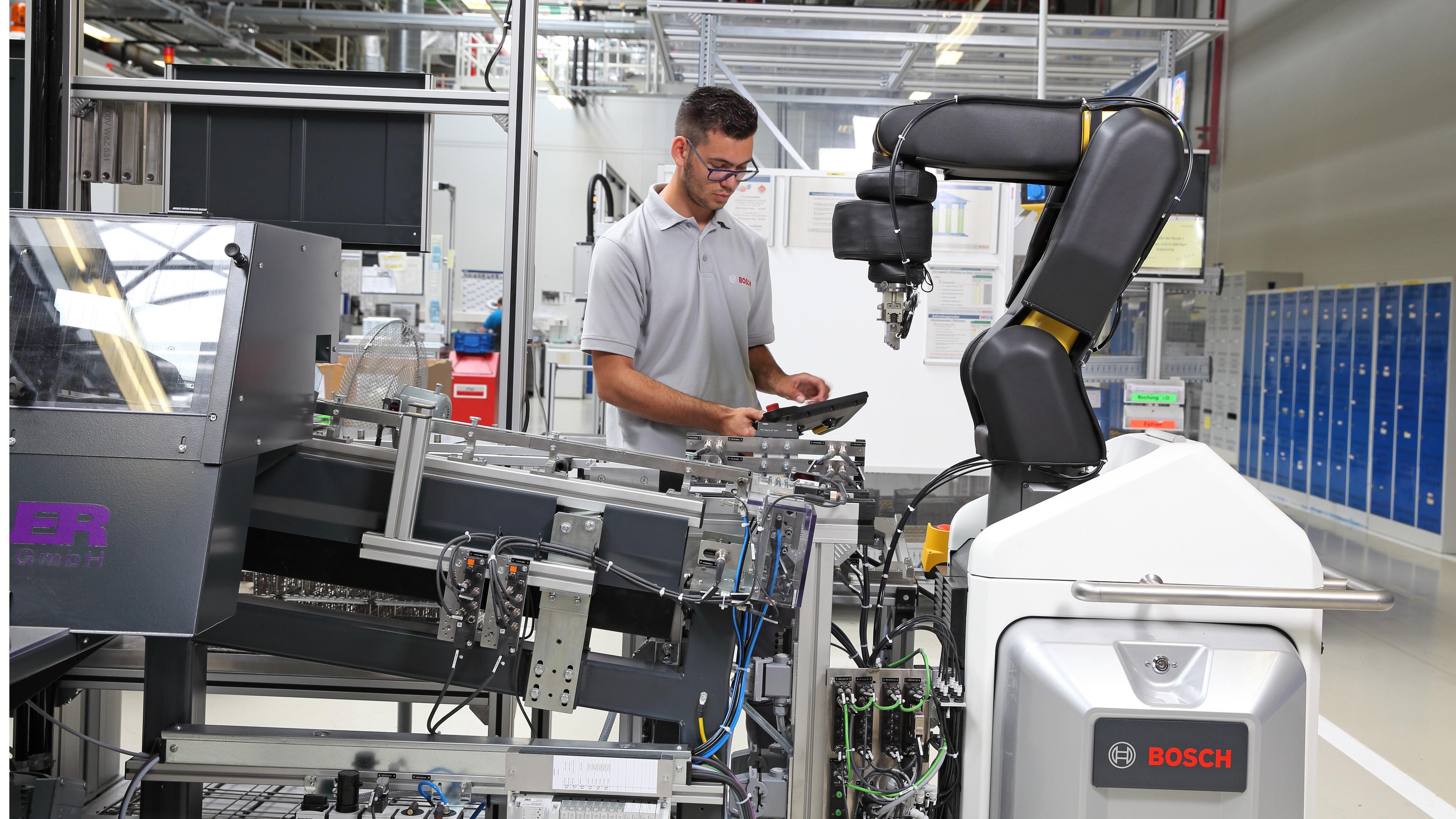 Ľudia a stroje pracujú v spoločnosti Bosch ruka v ruke