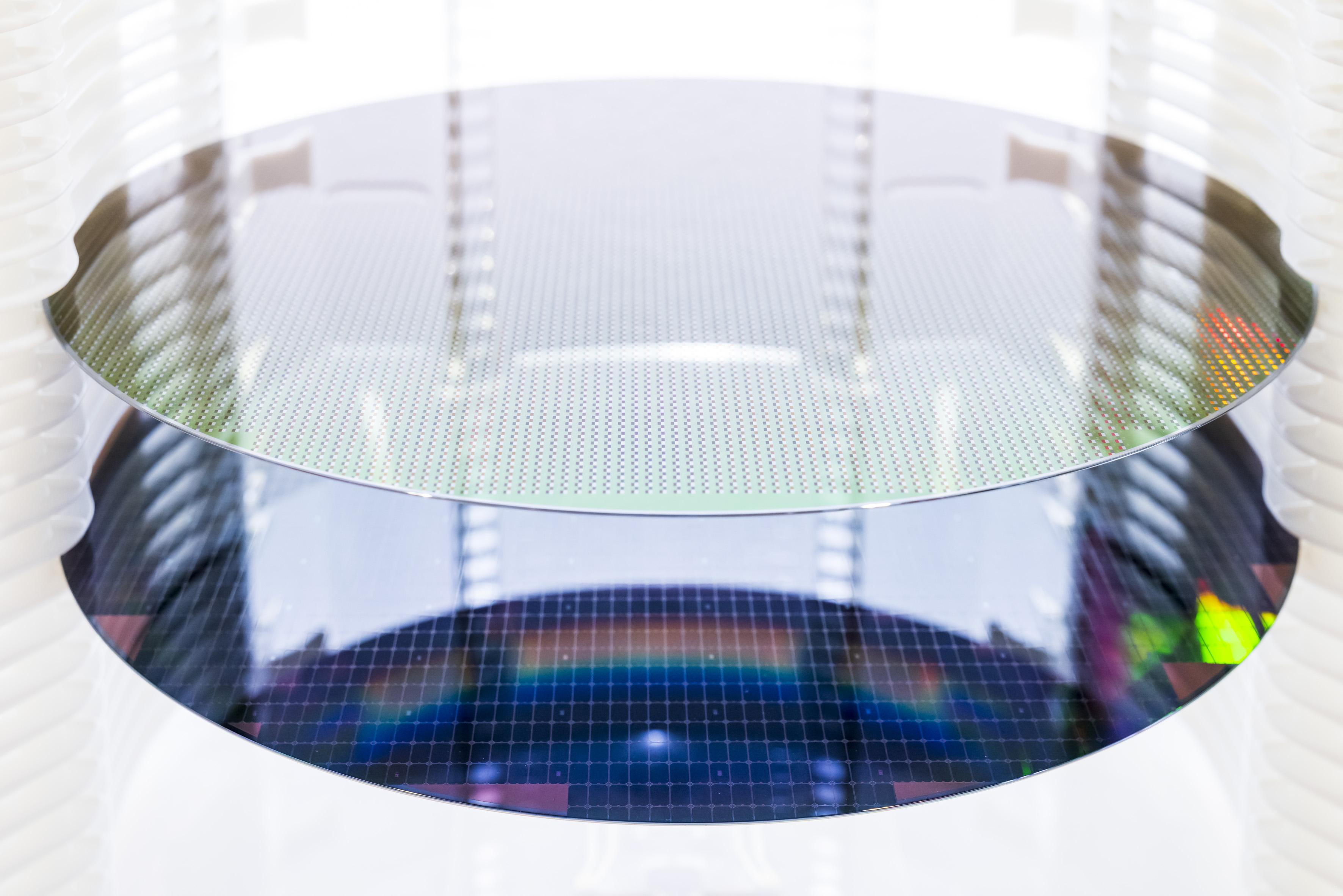 První wafery procházejí plně automatizovaným výrobním procesem v nové továrně Bosch v Drážďanech