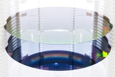 První wafery procházejí plně automatizovaným výrobním procesem v nové továrně Bo ...