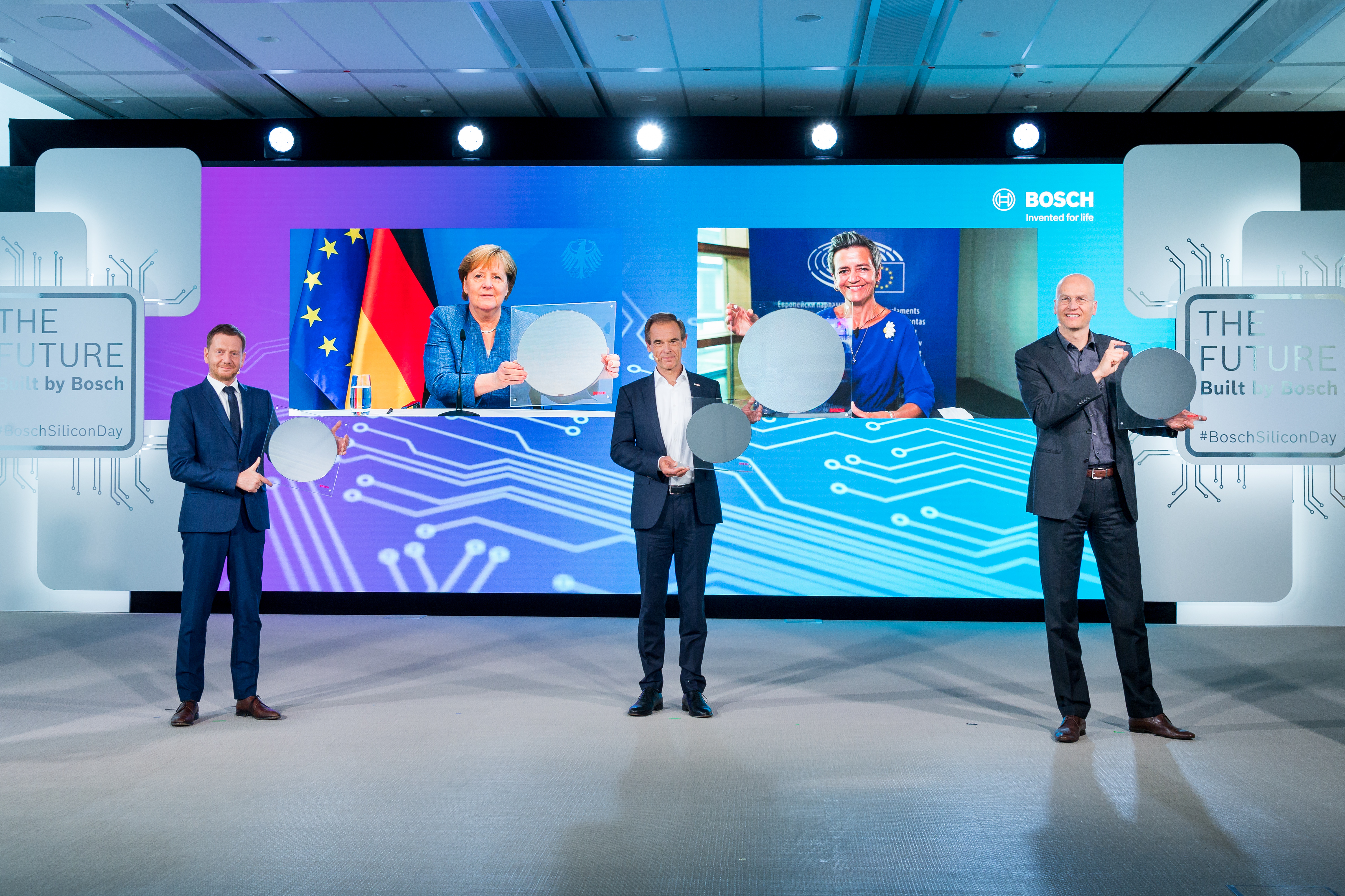 Za virtuálnej prítomnosti nemeckej kancelárky Dr. Angely Merkelovej, predsedníčky Európskej komisie Margrethe Vestagerovej a saského ministerského predsedu Michaela Kretschmera bol 7. júna 2021 slávnostne otvorený technologicky vyspelý výrobný závod.