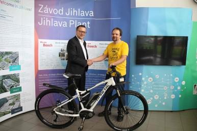 Výherce soutěže o elektrokolo značky Bosch Rostislav Čermák (vpravo) a obchodní  ředitel Ralph Carle (vlevo)