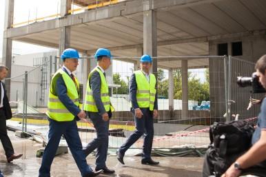 František Konečný, Andrej Babiš a Václav Pixa u nově vznikající budovy vývojového centra