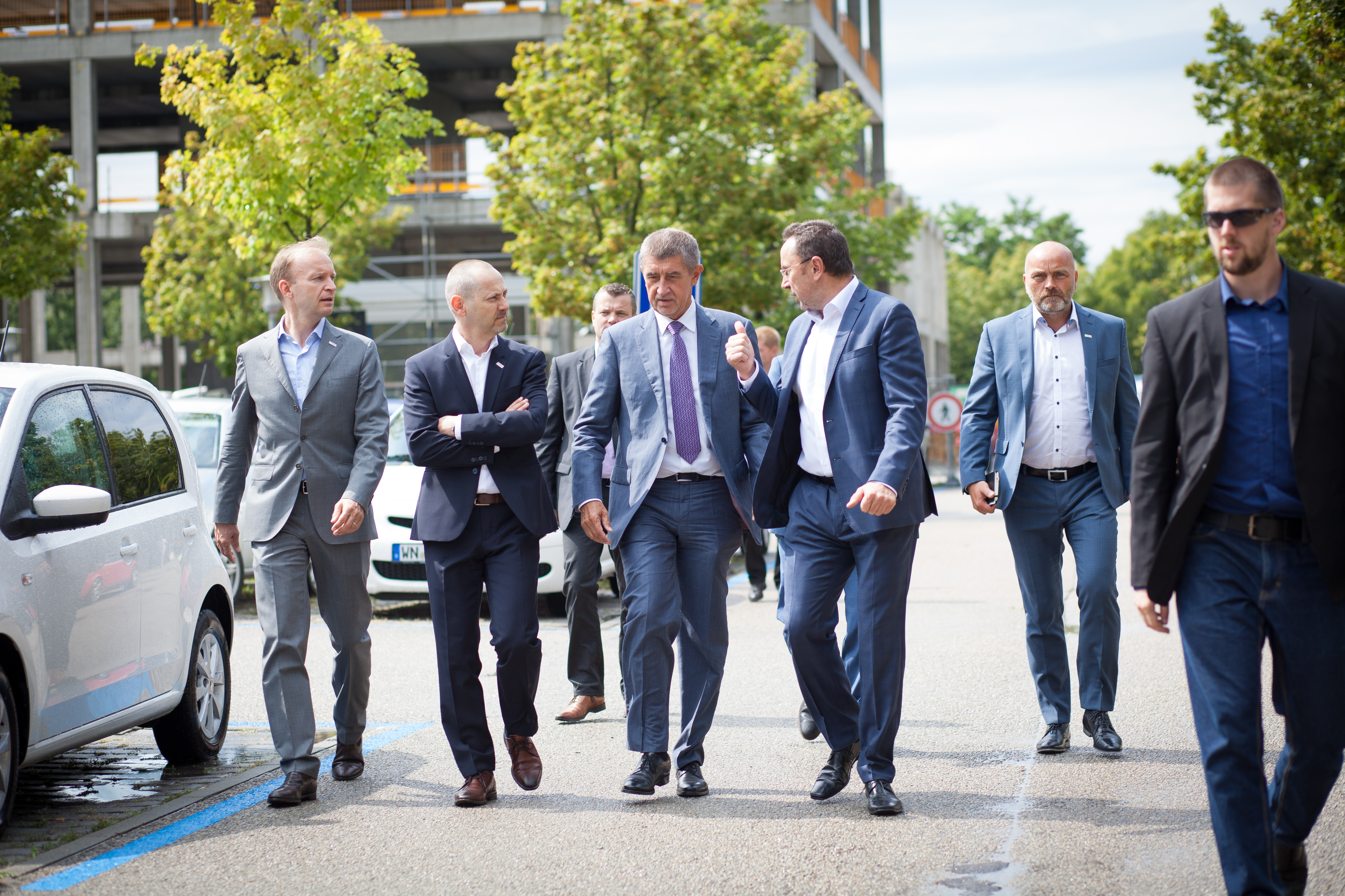 Premiér požádal o neplánovanou zacházku přímo k budově parkoviště
