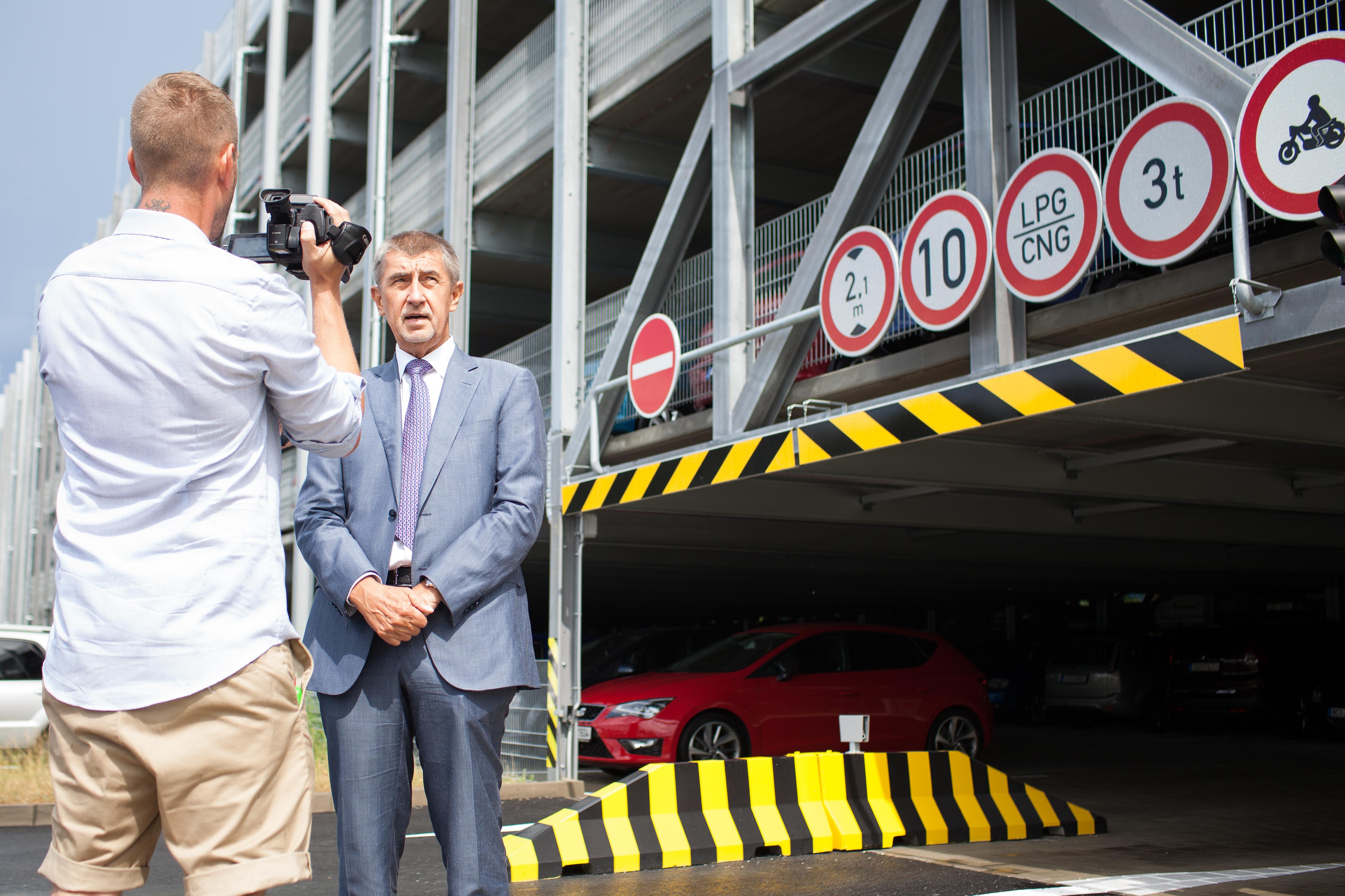 Premiér Andrej Babiš u nového parkovacího domu