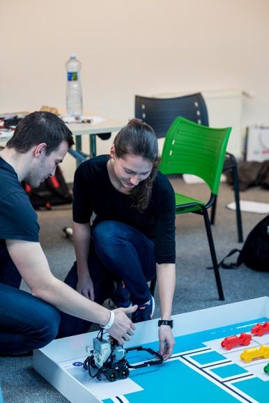 Soutěžící intenzivně spolupracují a hledají inovativní řešení zadaného úkolu.