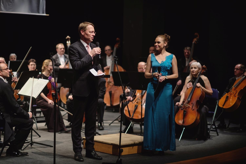 Řadu významných hostů uvítal na zahájení koncertu technický ředitel Bosch Diesel s.r.o. Stefan Hamelmann (uprostřed).