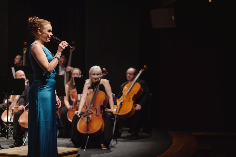 Novoročním koncertem provázela populární moderátorka Veronika Paroulková (1. zleva).