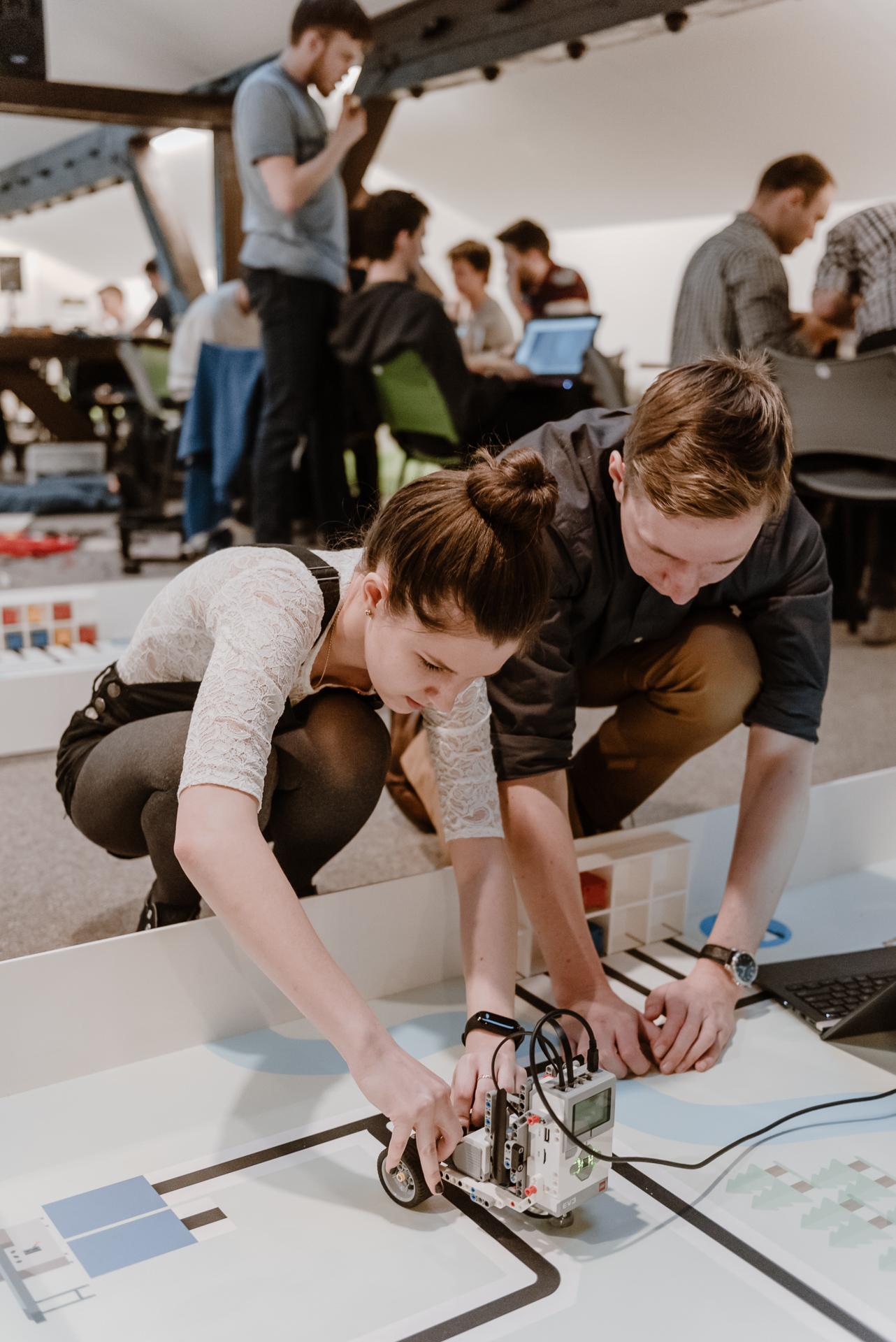 Soutěžící během časového limitu intenzivně spolupracují a hledají inovativní řešení zadaného úkolu.