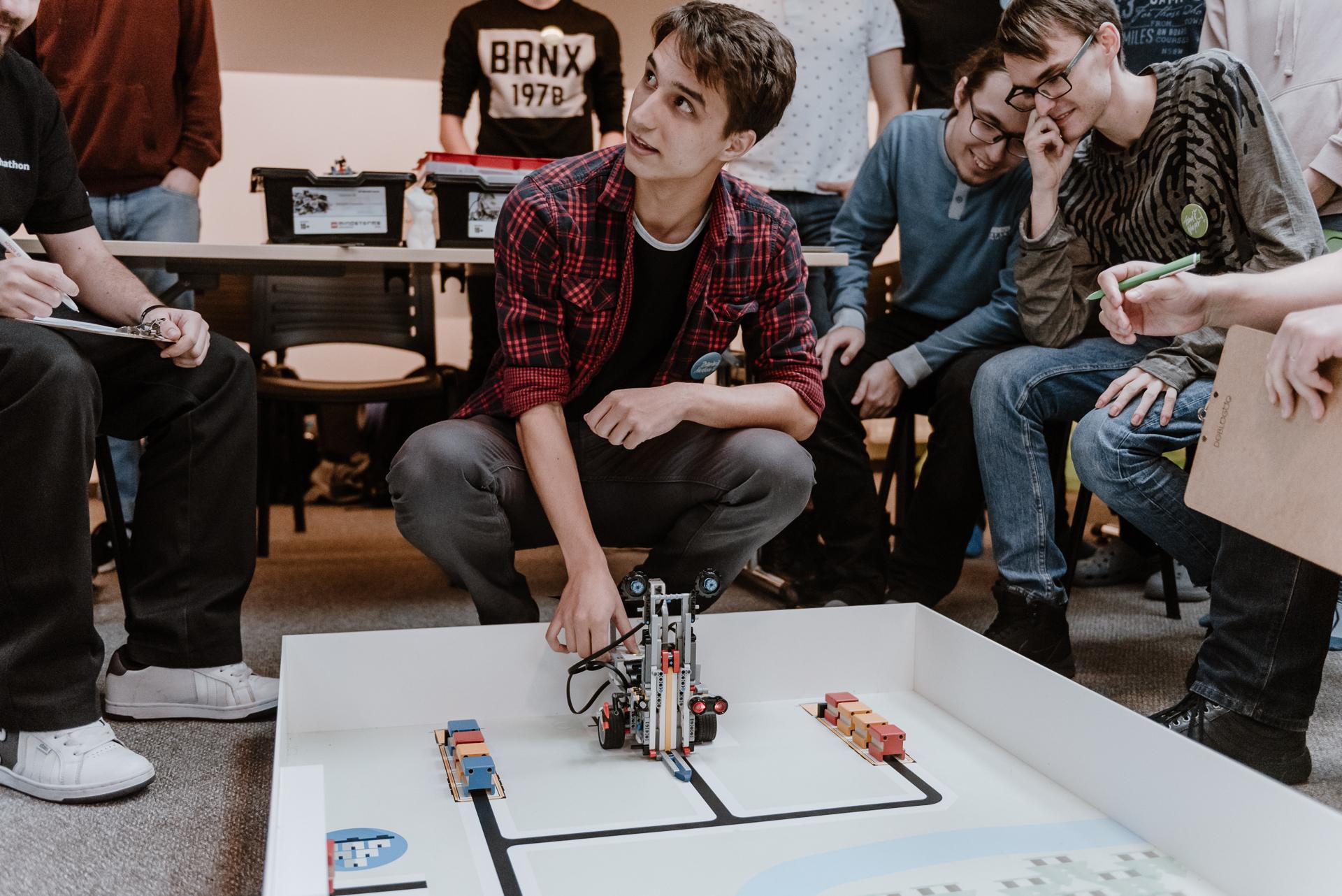 Pro studenty byla akce výjimečnou příležitostí poznat nové technologie a zároveň zkusit vytvořit unikátní řešení.