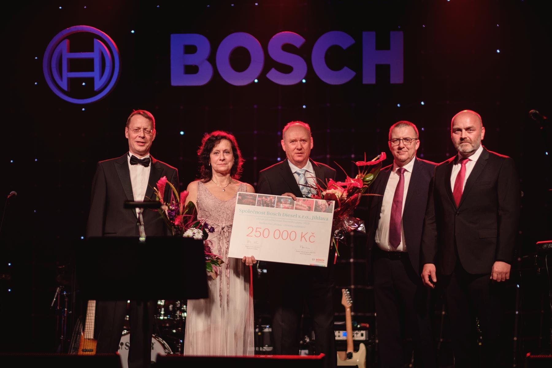 Ralph Klaus Carle, Stefan Hamelmann a Milan Šlachta předávají šek pro Oční oddělení Nemocnice Jihlava