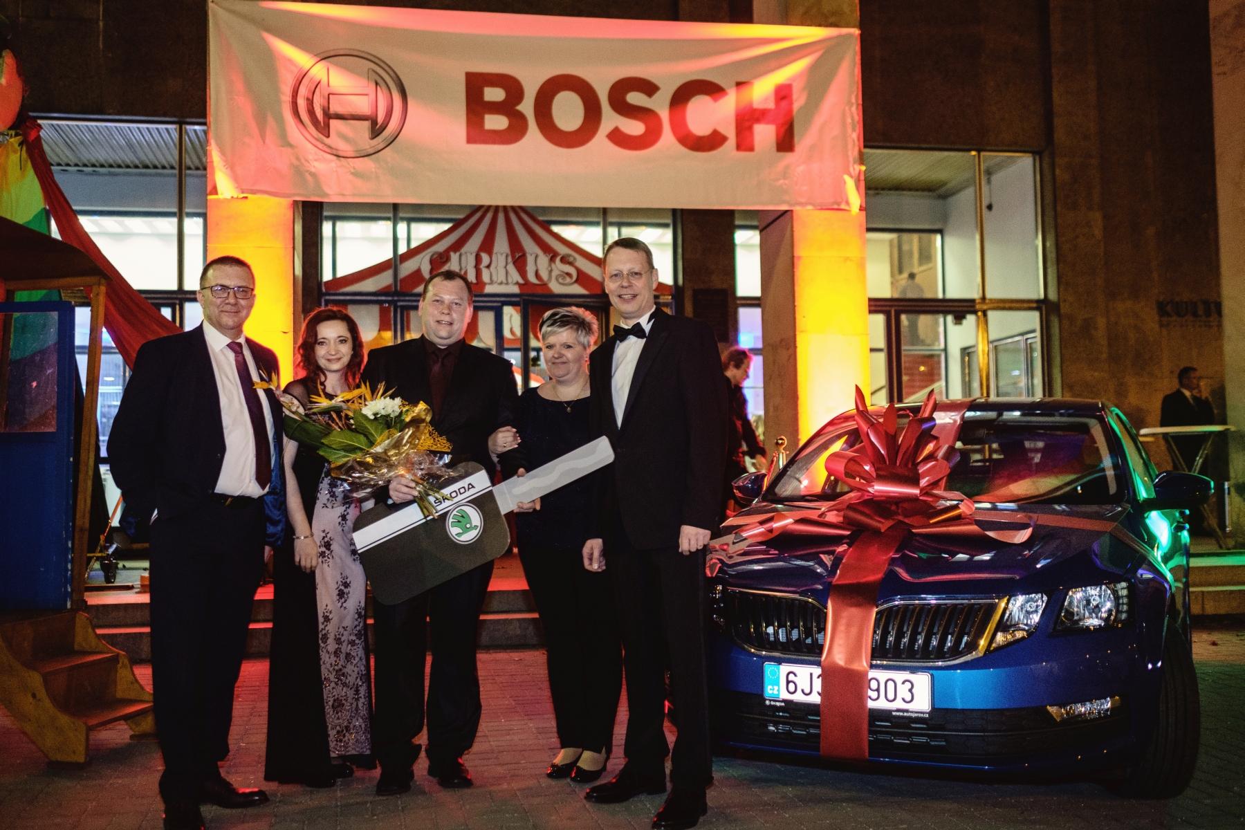 Autor vítězného zlepšovacího návrhu Miroslav Sochor se svým novým vozem Škoda Octavia