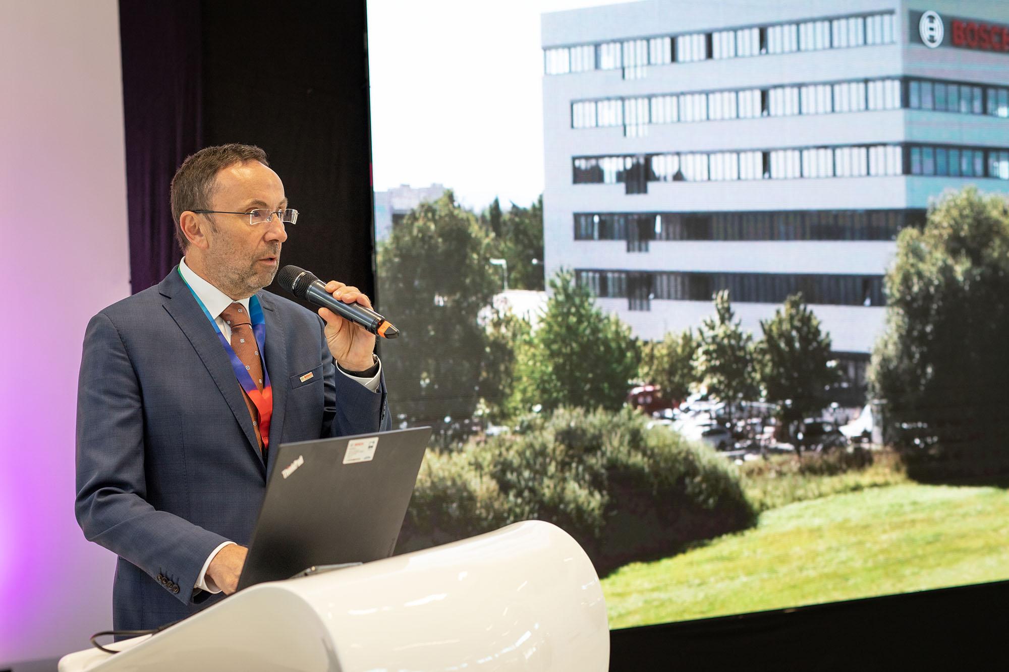 Václav Pixa, technický ředitel závodu v Českých Budějovicích, během slavnostního otevření