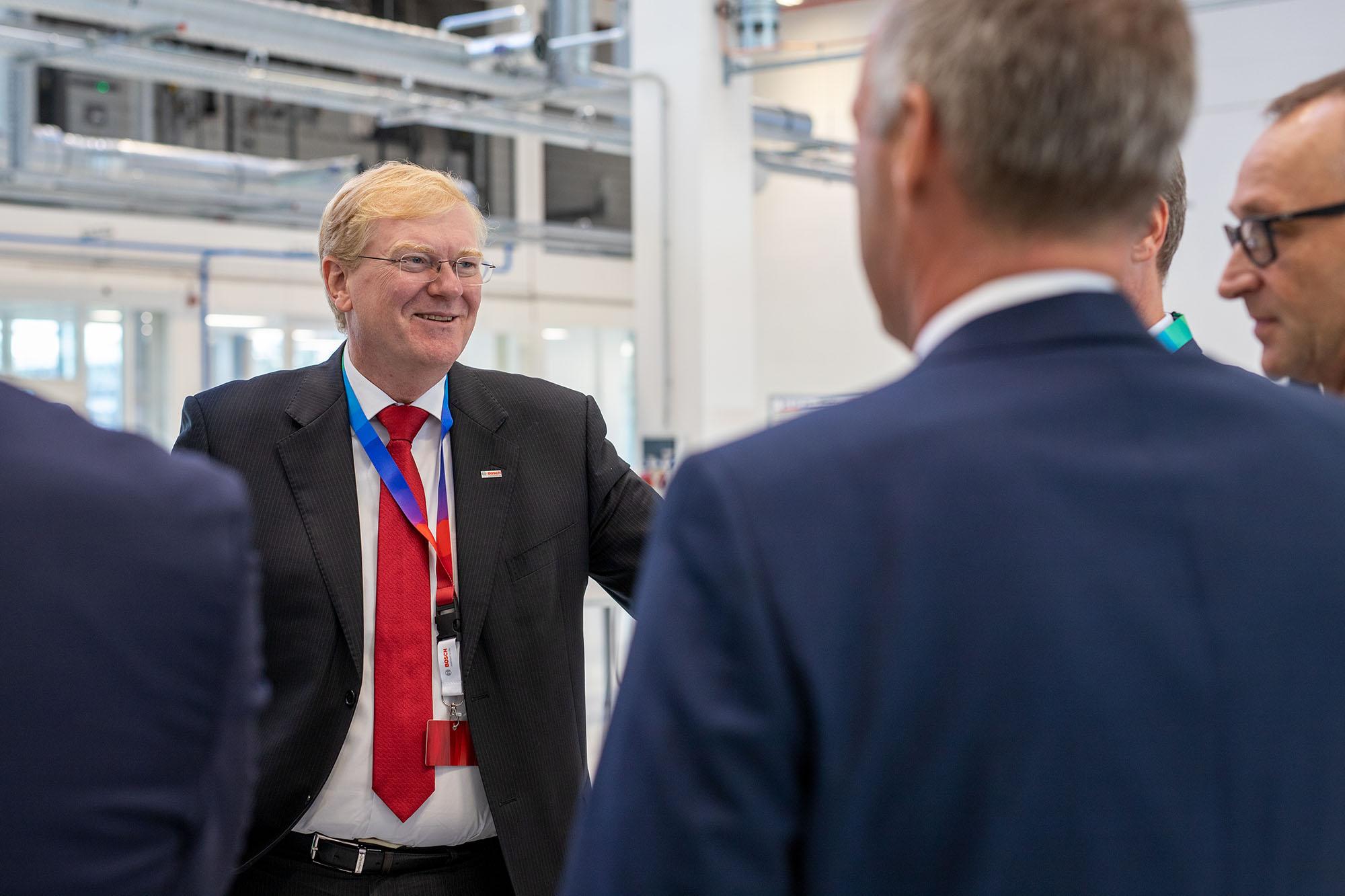 Dr. Stefan Hartung (vlevo), člen představenstva společnosti Bosch, při prohlídce nové budovy