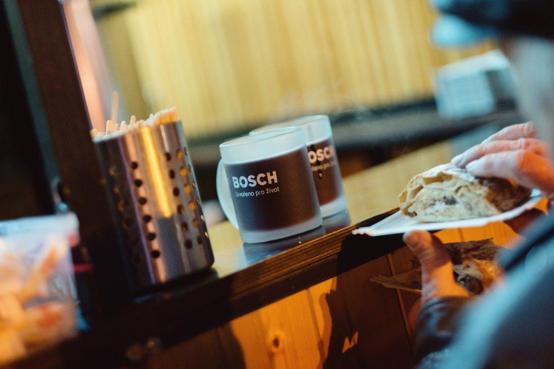 """Fotoreportáž z průběhu vánoční a charitativní akce """"Bosch Svařák"""" ze dne  13. prosince 2019. Akci pořádala firma BOSCH DIESEL s.r.o. Jihlava."""