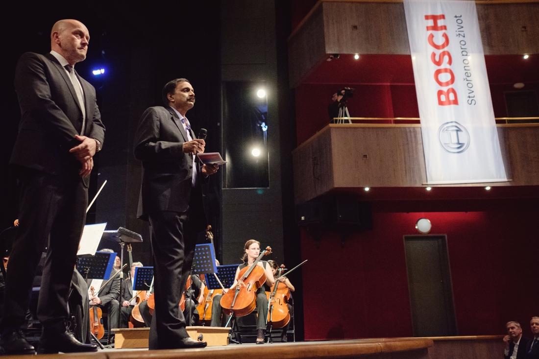 Řadu významných hostů uvítal na zahájení koncertu technický ředitel BOSCH DIESEL s.r.o. Rajendra Basavaraju (2.zleva) společně s reprezentantem společnosti Bosch pro Českou a Slovenskou republiku Milanem Šlachtou (1.zleva).