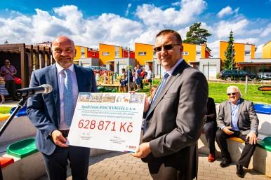 U příležitosti otevření mateřské školy předali zástupci společnosti Bosch Milan Šlachta a Ralph Carle vedení mateřské školy Bystrouška dárcovský šek.