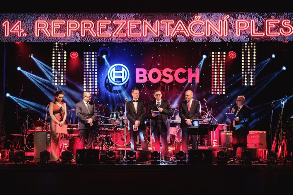 14. reprezentační ples firmy Bosch Diesel s.r.o. v retrostylu 80. let zahájili Milan Šlachta (2. zprava), Ralph Carle (3. zprava) a Stefan Hamelmann (4. zprava).