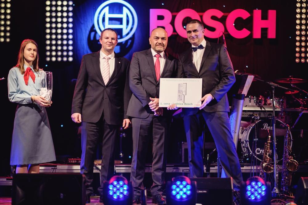 Hosté večera, reprezentant Bosch pro Českou a Slovenskou republiku Milan Šlachta (2. zprava) a náměstek hejtmana Kraje Vysočina Martin Kukla (2. zleva), provedli společně losování atraktivních cen tomboly.
