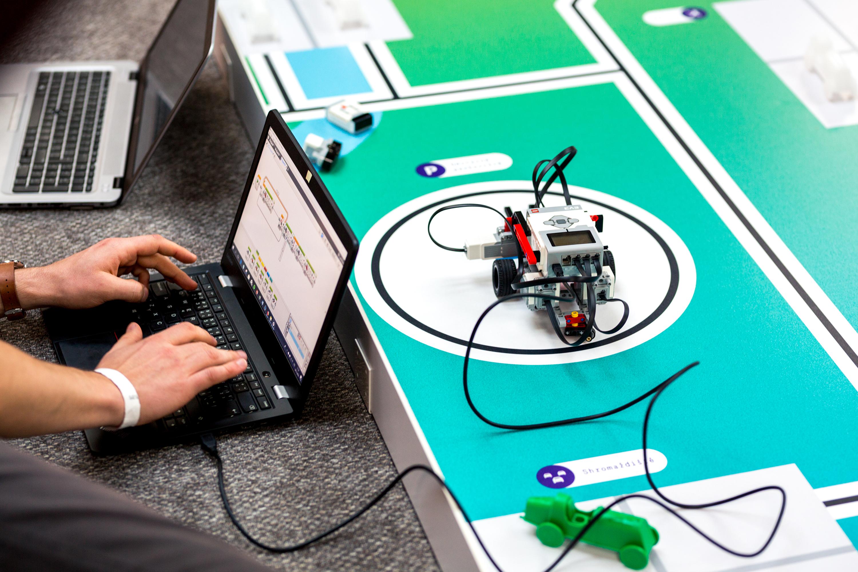 Cílem každého týmu bylo sestrojit robota schopného autonomního pohybu i manipulace s překážkami.