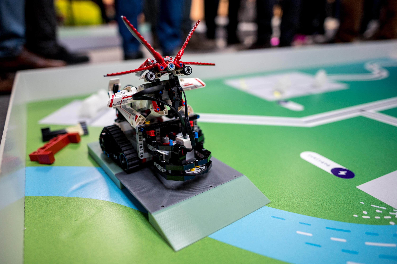 Každý tým měl pro stavbu svého robota k dispozici programovatelnou robotickou stavebnici LEGO® Mindstorms.