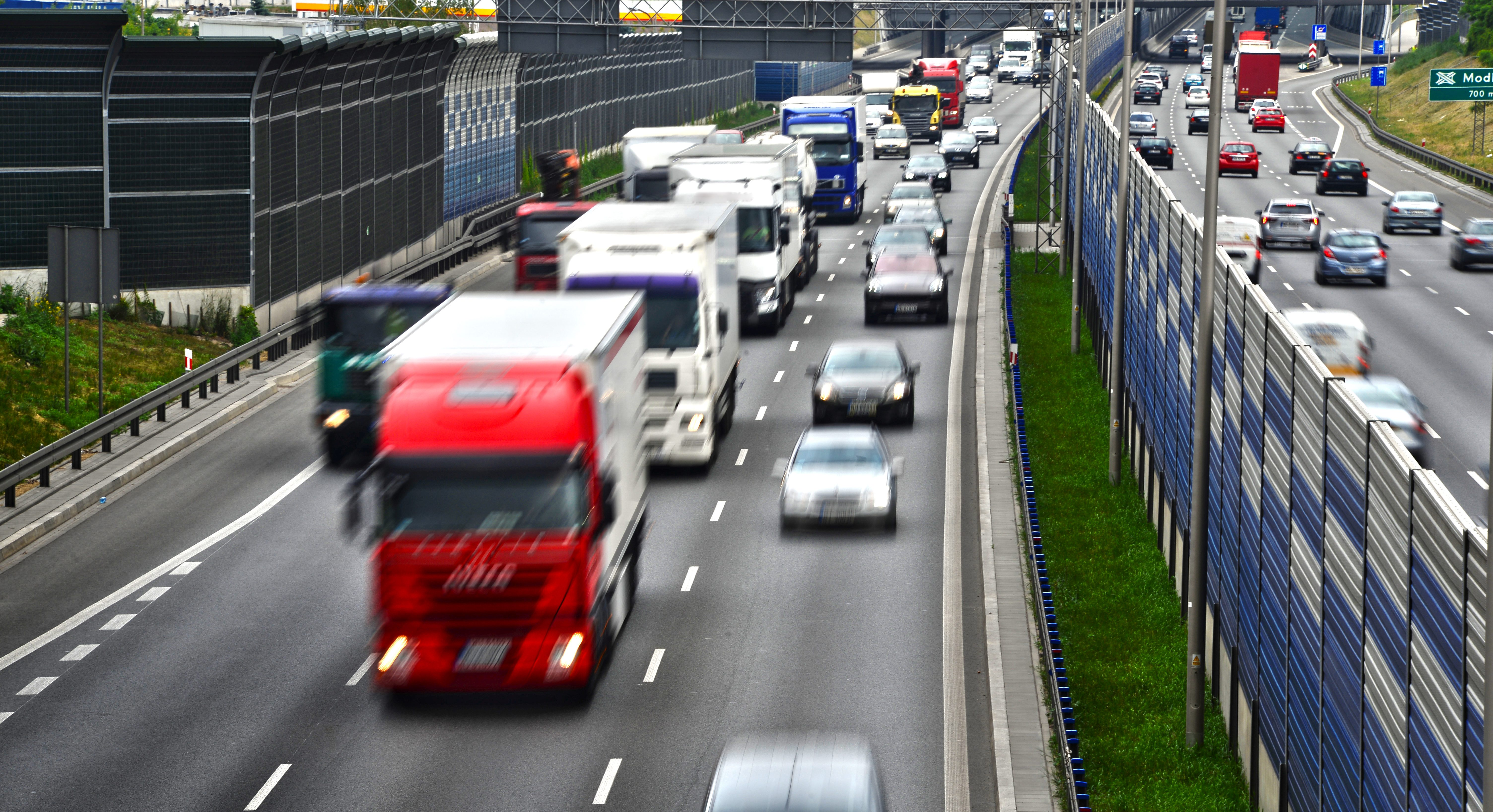 Stále více nákladních vozidel zaplavuje rychlostní silnice a dálnice