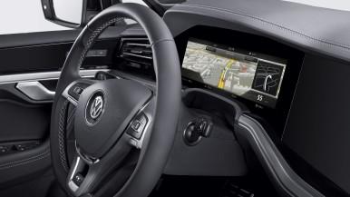Bosch přináší na silnice celosvětově první zahnutý přístrojový panel