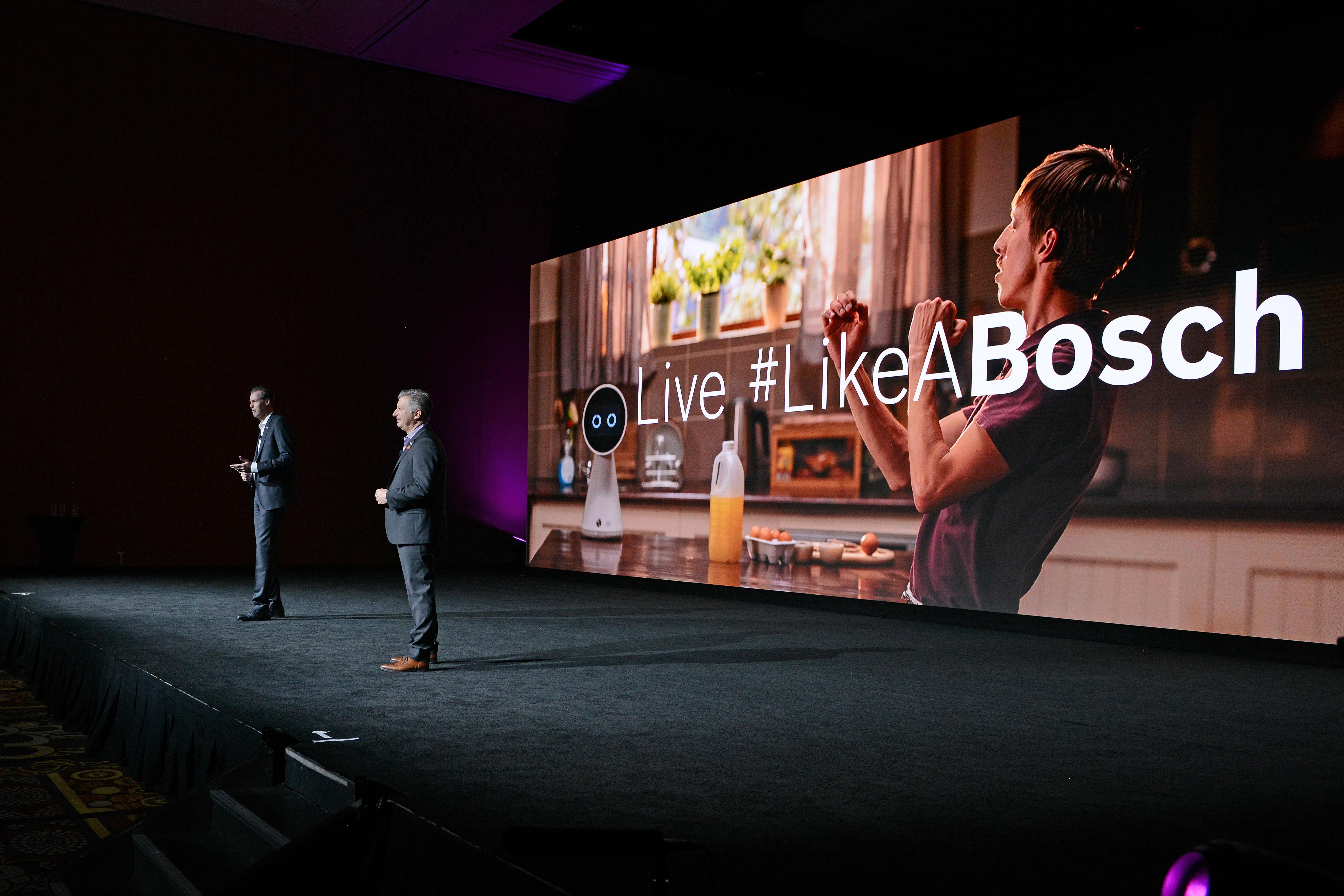 Člen predstavenstva spoločnosti Bosch Dr. Markus Heyn a Mike Mansuetti na tému IoT