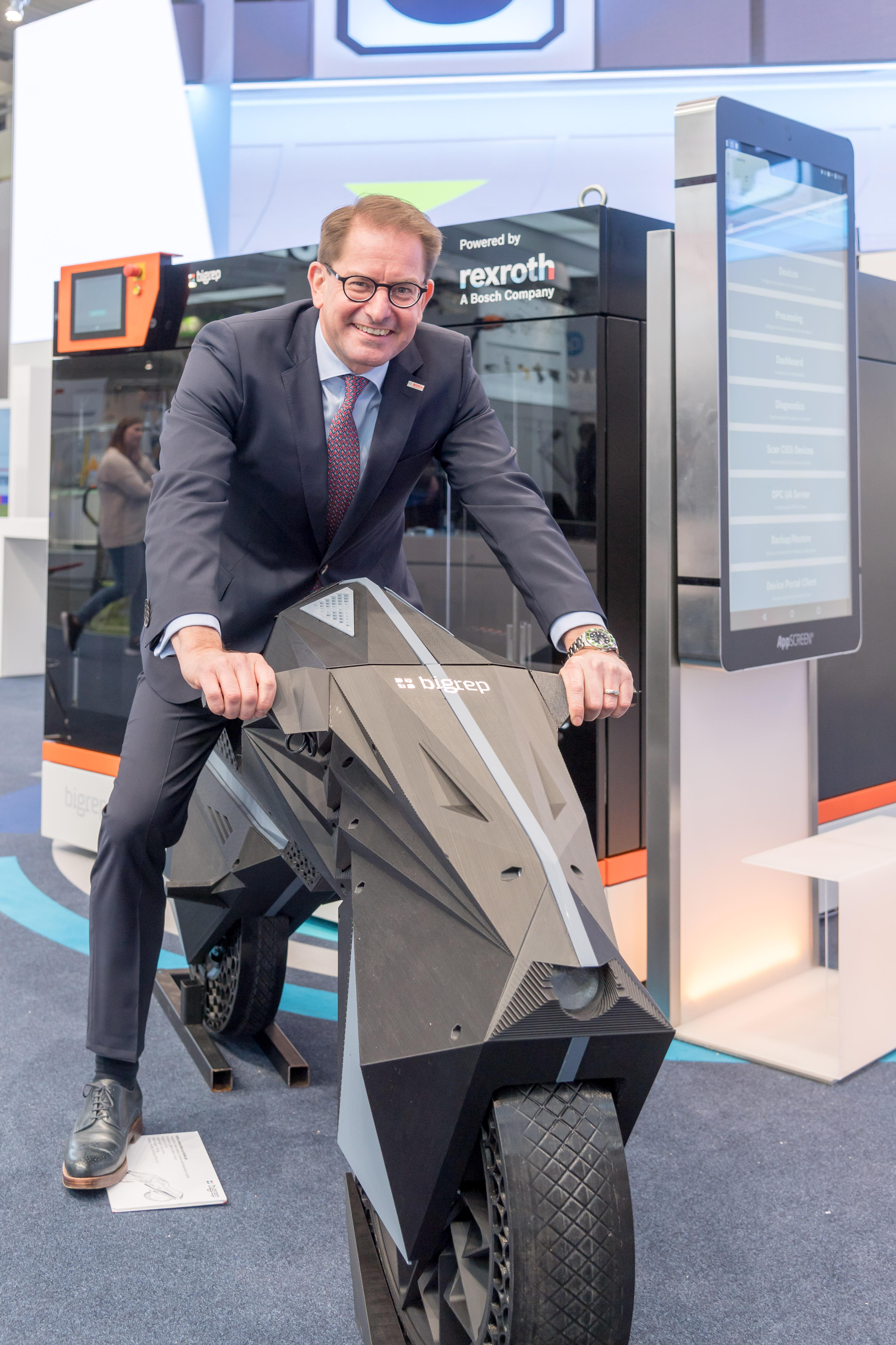 Dr. Marc Wucherer, člen predstavenstva Bosch Rexroth, na celosvetovo prvé elektrické motorke vytlačené na 3D tlačiarni