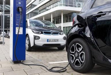 Bosch spája batérie z elektromobilov               s cloudom a výrazne zlepšuje výkon a životnosť týchto batérií.