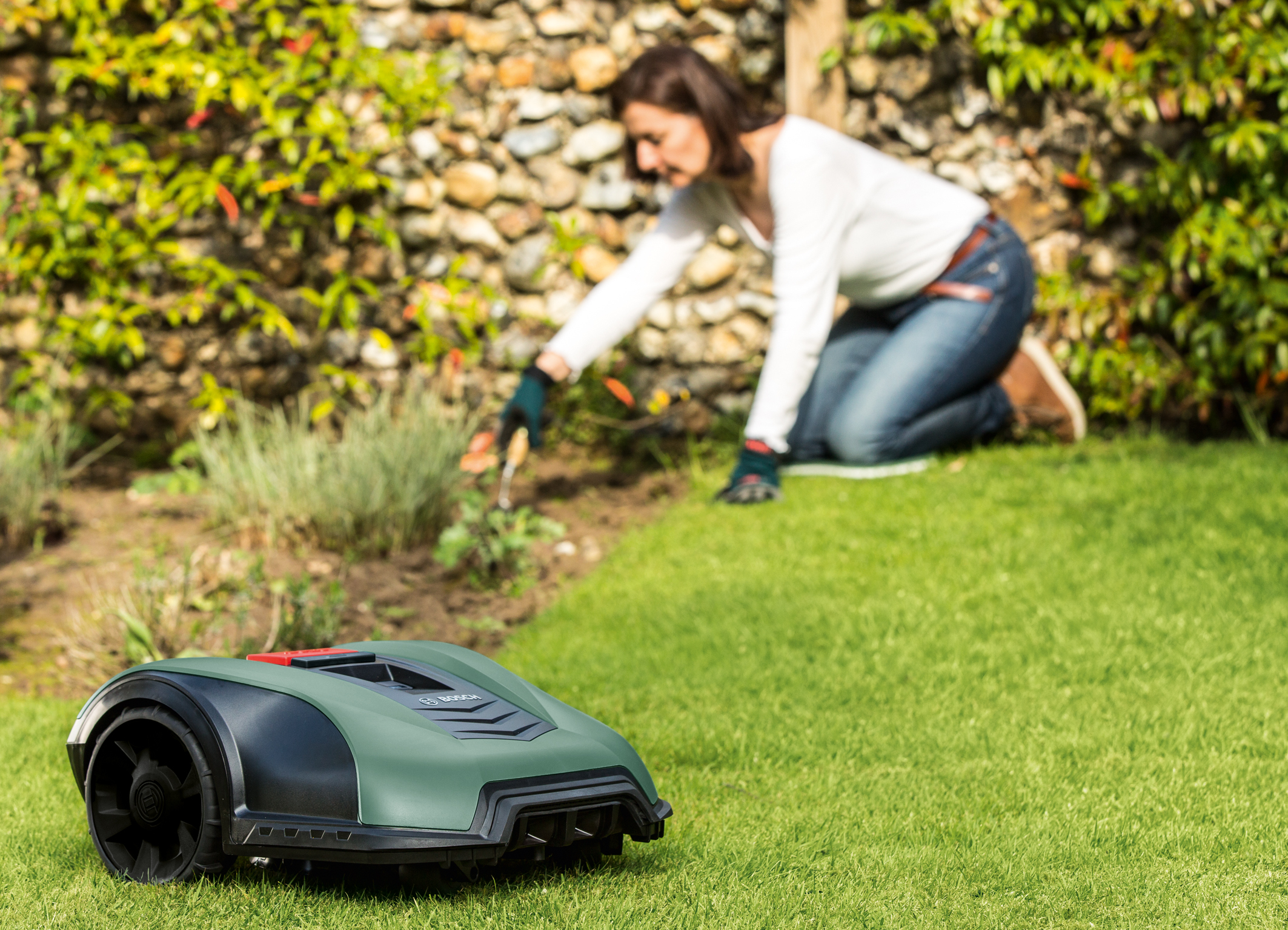 Unikátne vďaka autonómnemu meraniu plochy trávnika: Robotické kosačky Bosch Indego M 700 a Indego M+ 700