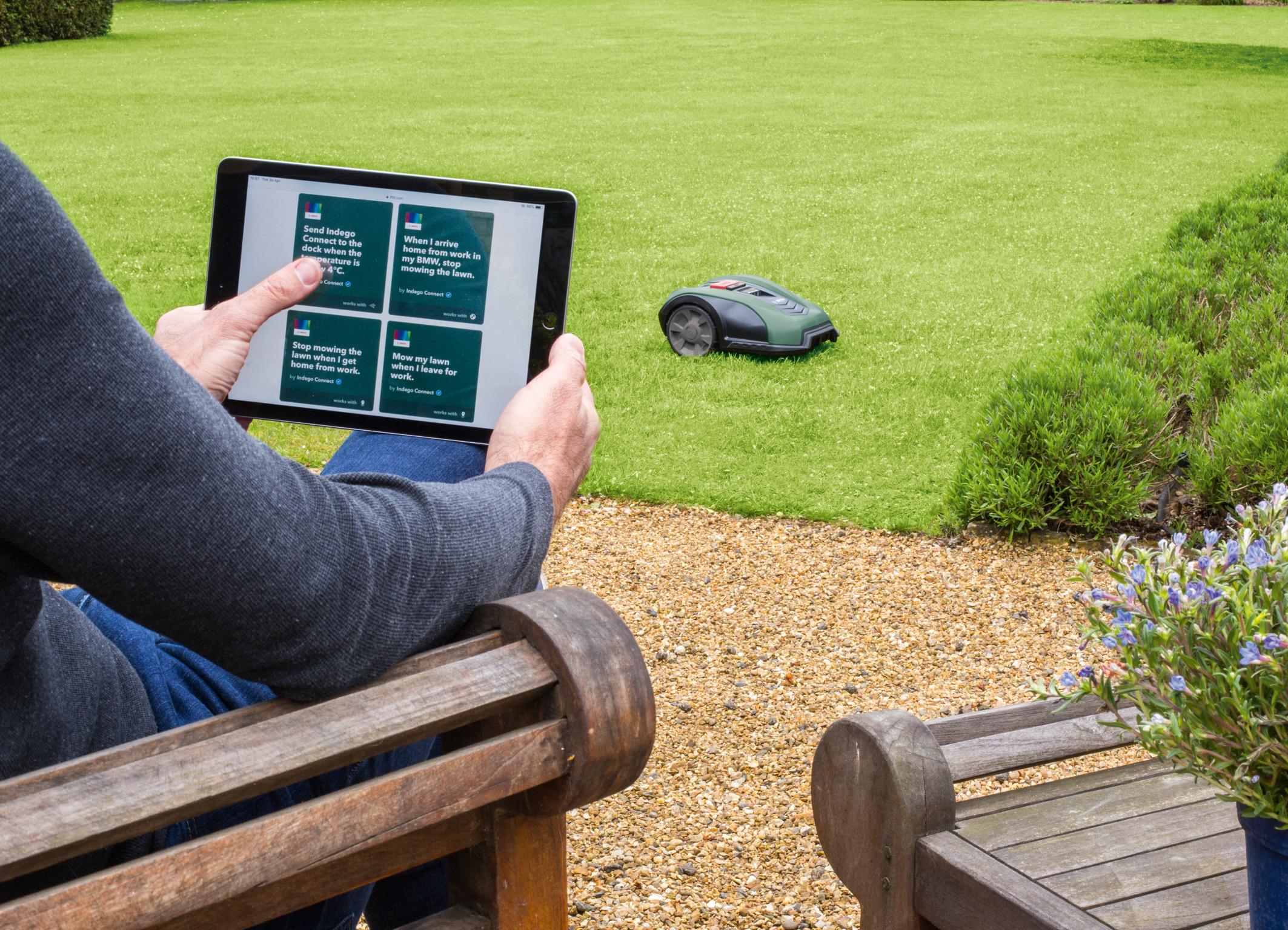 Ještě větší flexibilita pomocí hlasového asistenta Amazon Alexa a propojené platformy IFTTT: Robotické sekačky Bosch Indego M 700 a Indego M+ 700