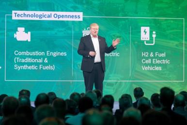 Stefan Hartung, člen predstavenstva a predseda podnikateľského sektora spoločnosti Mobility Solutions na pódiu na konferencii Bosch Connected World 2020 v Berlíne.