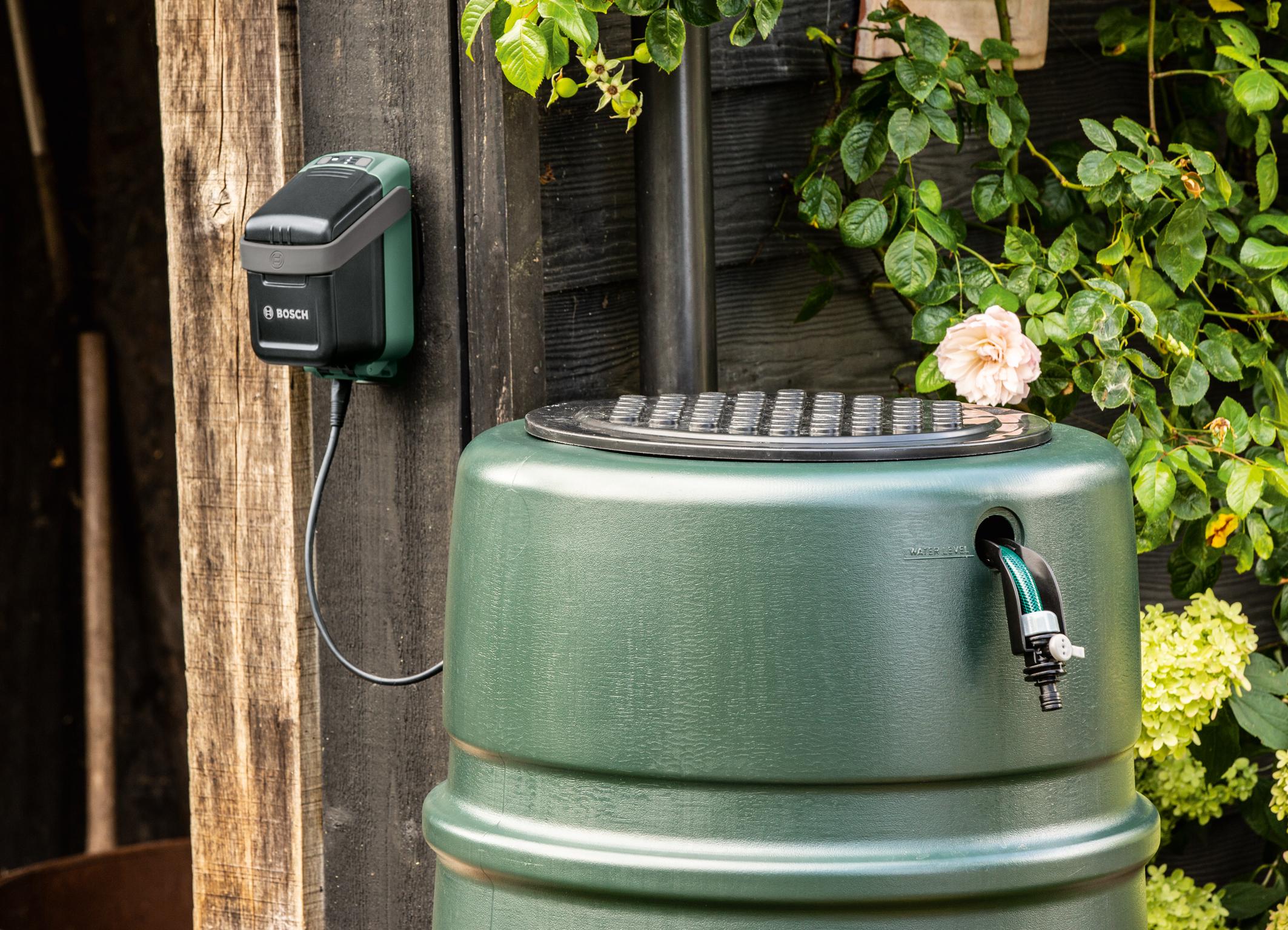 """Pohodlné a udržitelné zalévání zahrady: První akumulátorové dešťové čerpadlo v systému """"Power for All"""" od společnosti Bosch"""