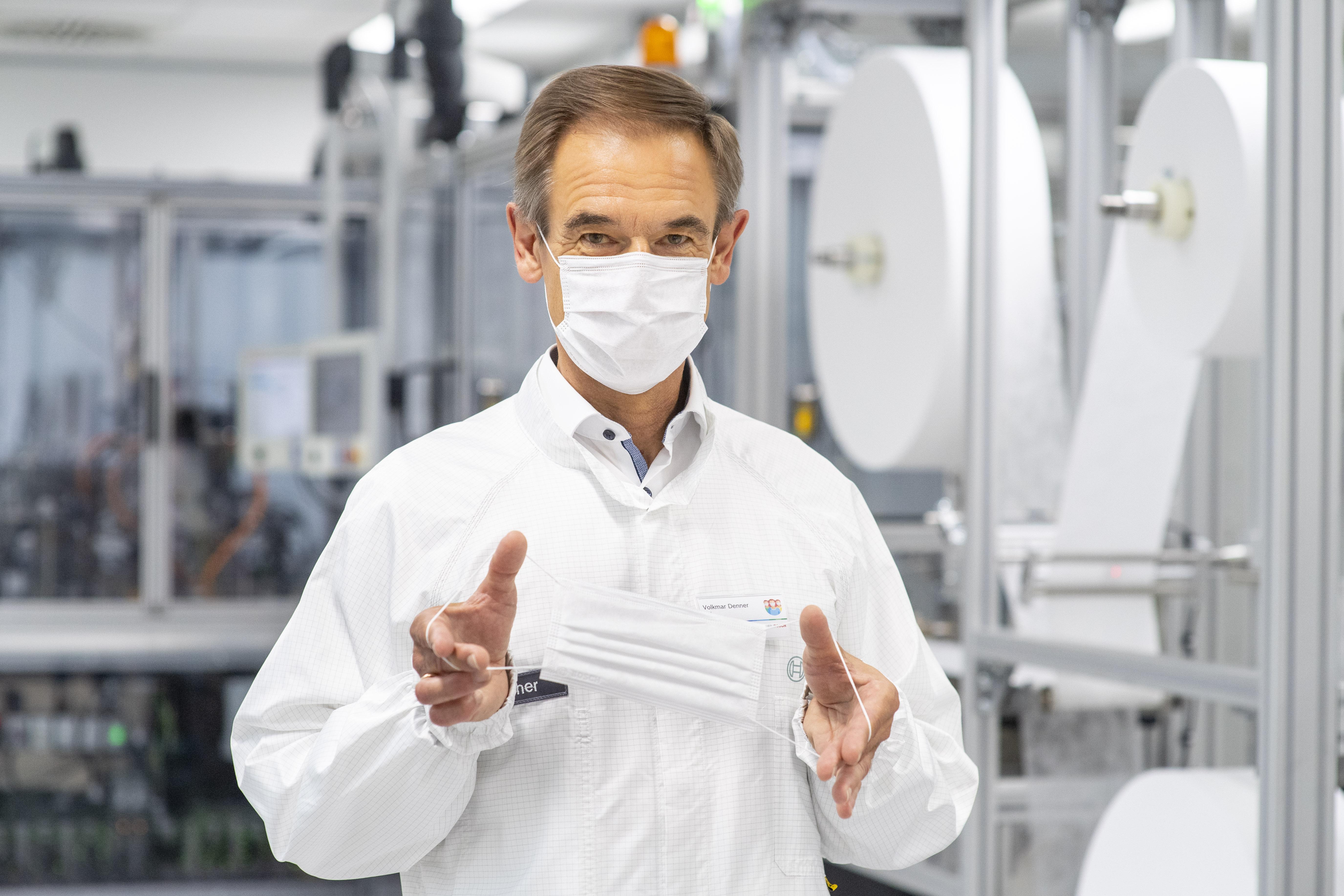 Volkmar Denner uvádí na trh speciální výrobní linku pro obličejové masky.