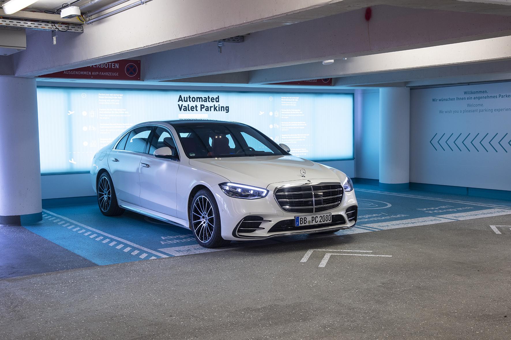 Propojené vozidlo a inteligentní infrastruktura vylepšují automatické parkování