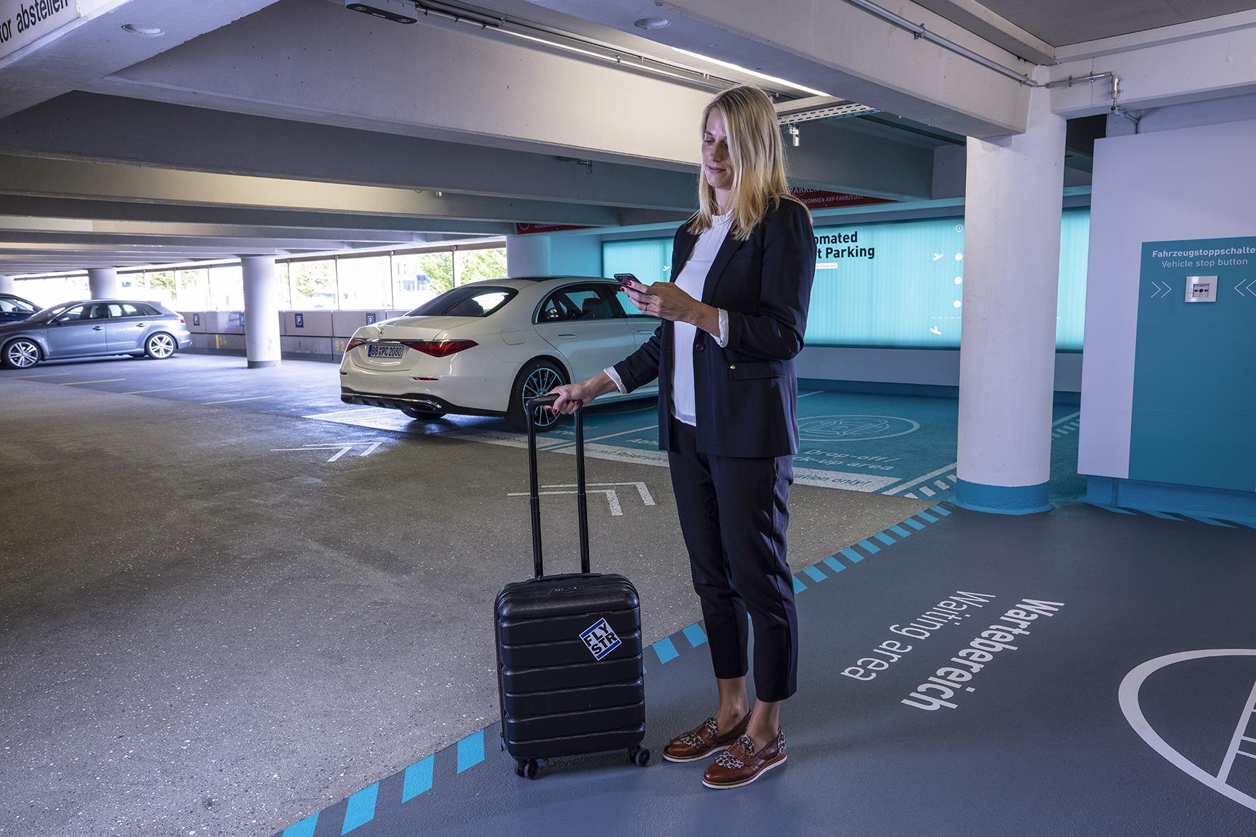 Automatické parkování s obsluhou v parkovacím domě P6 na letišti ve Stuttgartu