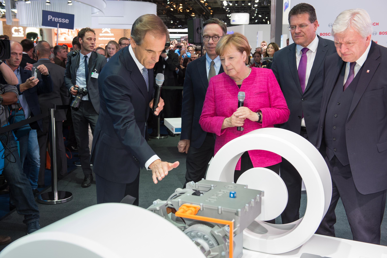 Predseda predstavenstva spoločnosti Bosch Dr. Volkmar Denner víta kancelárku Angelu Merkelovú na stánku Bosch na IAA 2017
