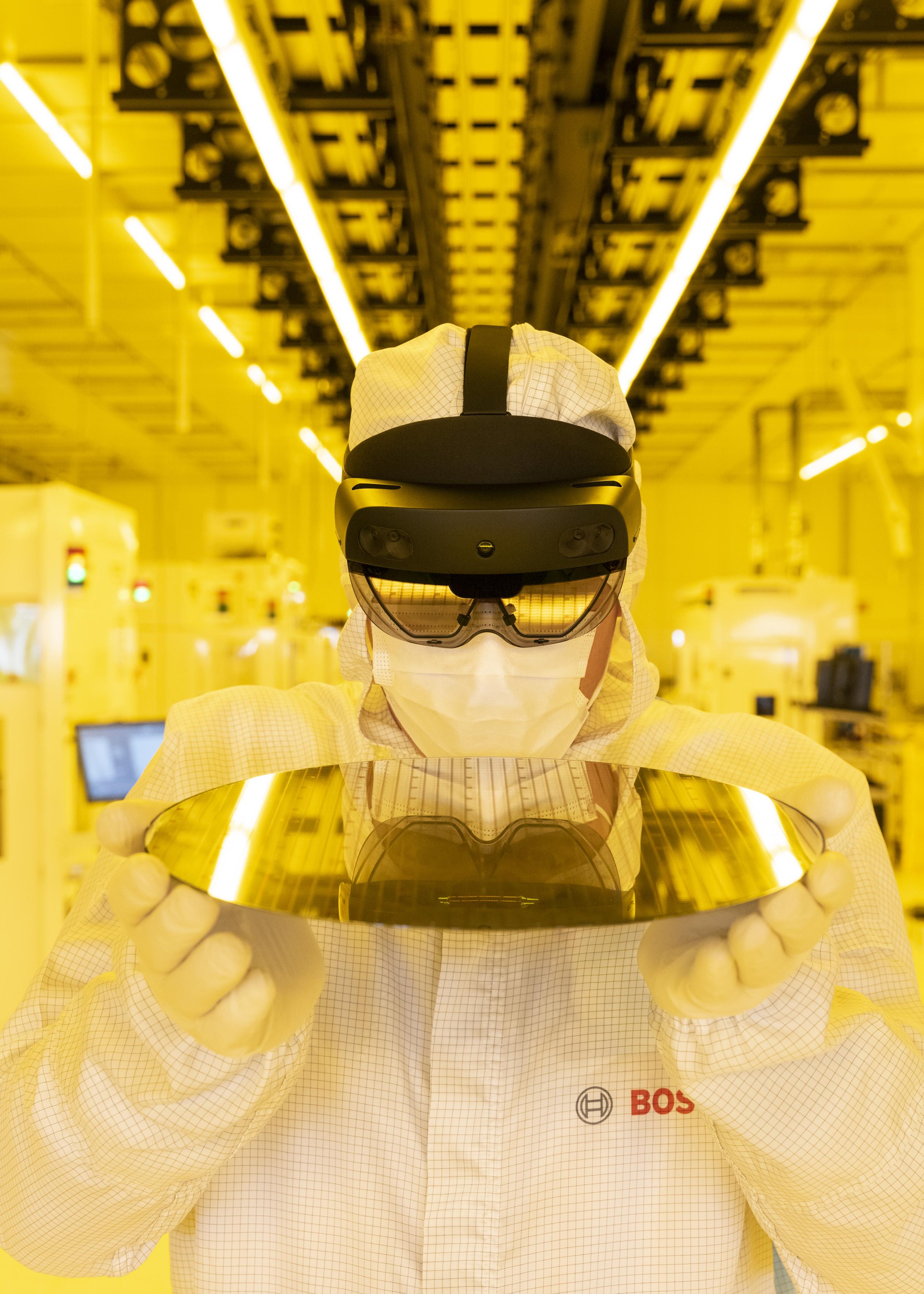Stroje, ktoré premýšľajú, údržba zo vzdialenosti 9 000 kilometrov, okuliare so vstavanými kamerami: V Drážďanoch sa teraz nachádza jeden z najmodernejších závodov na výrobu polovodičov na svete.