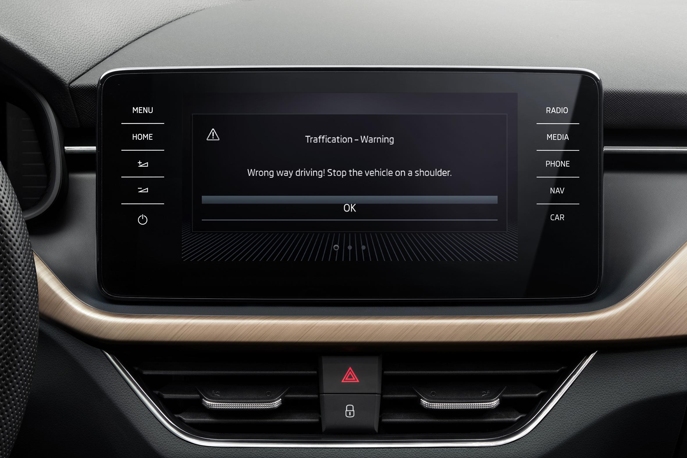 Systém varující řidiče v jízdě ve špatném směru je nyní součástí vozidel značky ŠKODA