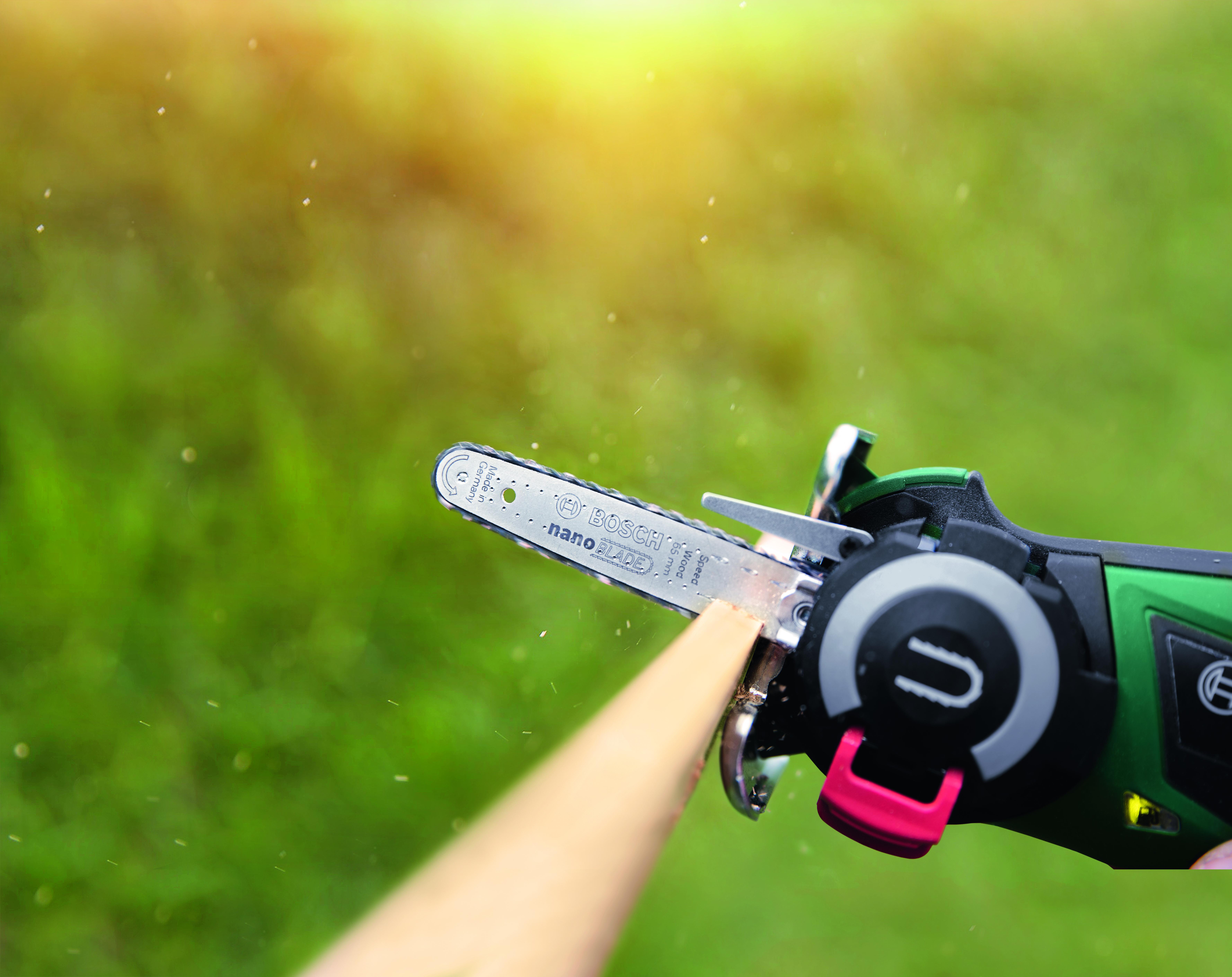 """La prima microsega con """"NanoBlade"""": EasyCut 12 Bosch per la casa e il giardino"""