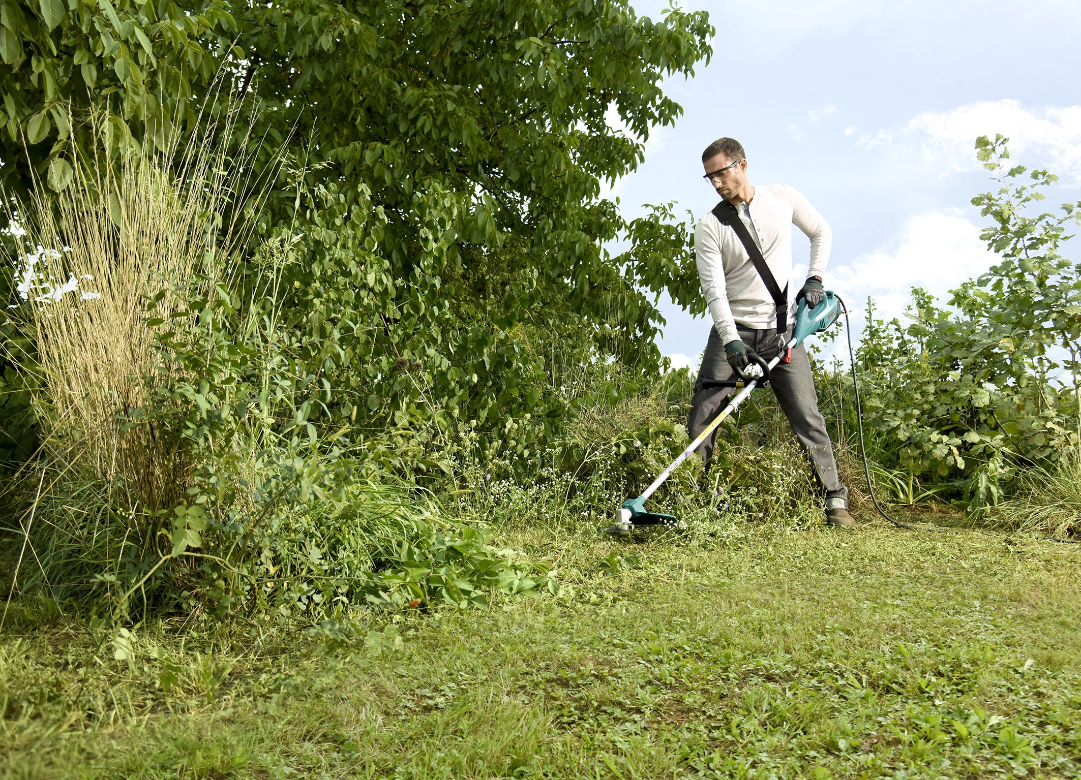Curare il giardino di casa senza fatica: il decespugliatore e i tosaerba a filo elettrici di Bosch, facilissimi da usare