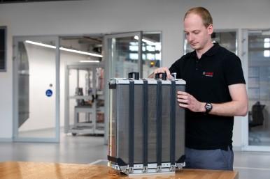 Bosch rozpoczyna seryjną produkcję ogniw paliwowych do pojazdów ciężarowych i osobowych