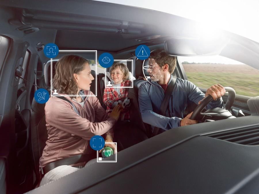 Obserwacja wnętrza pojazdu. kierowcy i pasażerów zwiększa bezpieczeństwo jazdy