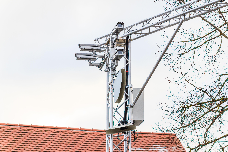 Czujniki w latarniach ulicznych pozwalają na wczesne wykrywanie obiektów, nawet jeśli są zasłonięte.