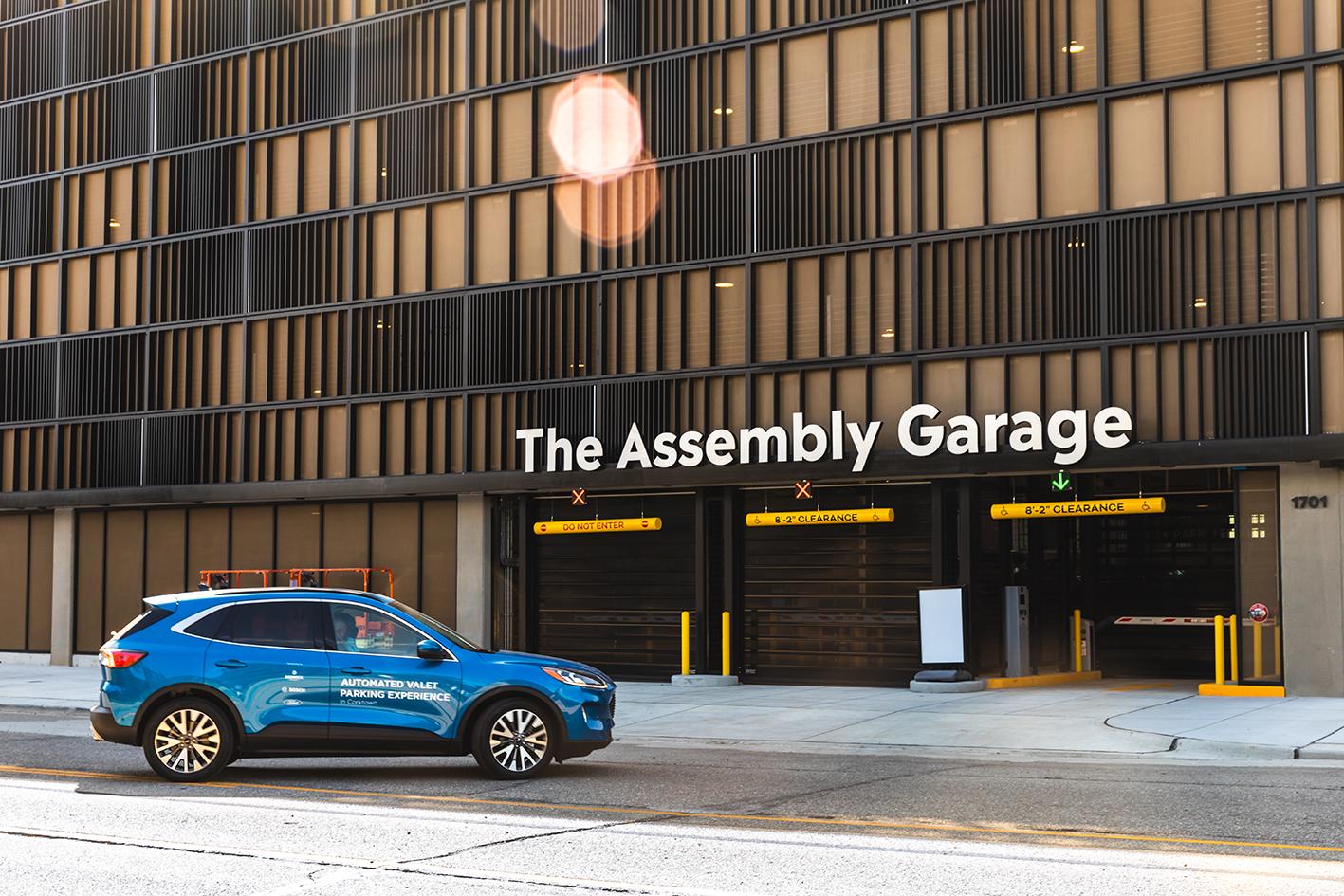 Wysoce zautomatyzowana usługa parkingowego: połączony pojazd i inteligentna infrastruktura usprawniają automatyczne parkowanie.