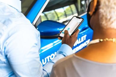 Wysoce zautomatyzowana usługa parkingowego: połączony pojazd i inteligentna infr ...